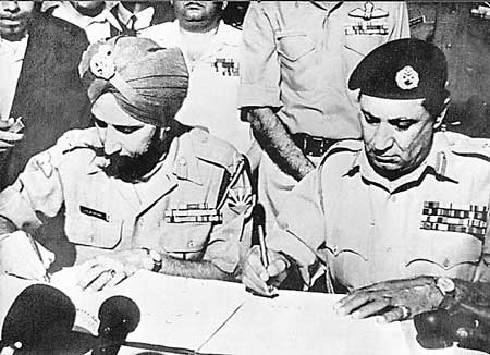 Pak Genreal Niazi signing surrender document